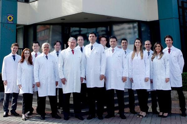 Corpo clínico do Hospital de Olhos de Blumenau com seus médicos residentes