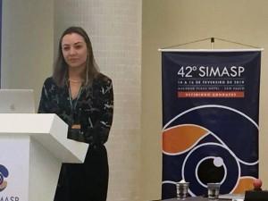 Dra. Elise Taniguchi Müller durante sua palestra no SIMASP.